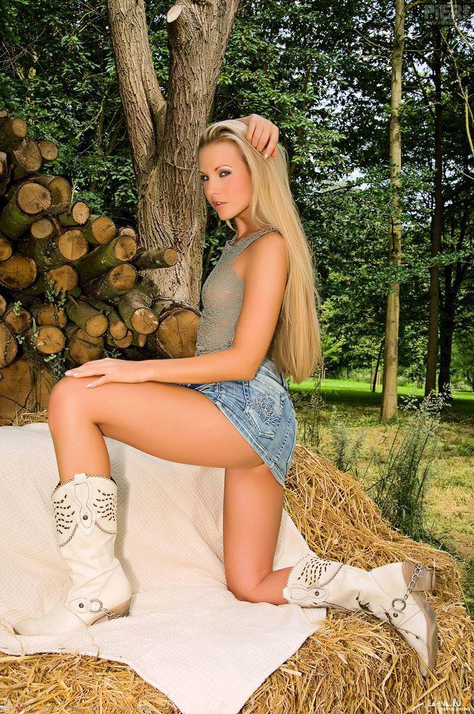 Сексуальная блондинка эротично обнажает молодое тело
