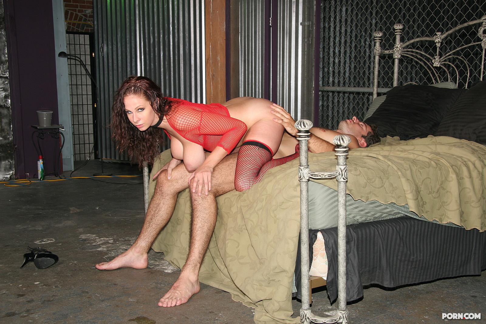 Рабыня ублажает хозяина порно