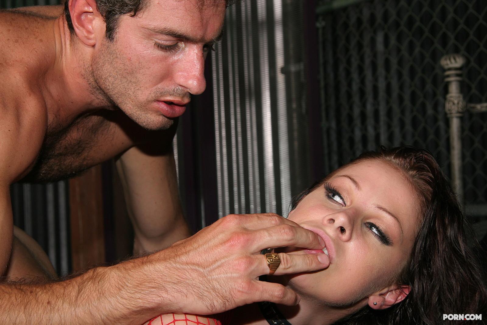 Рабыни ублажают хозяина порно онлайн 18 фотография
