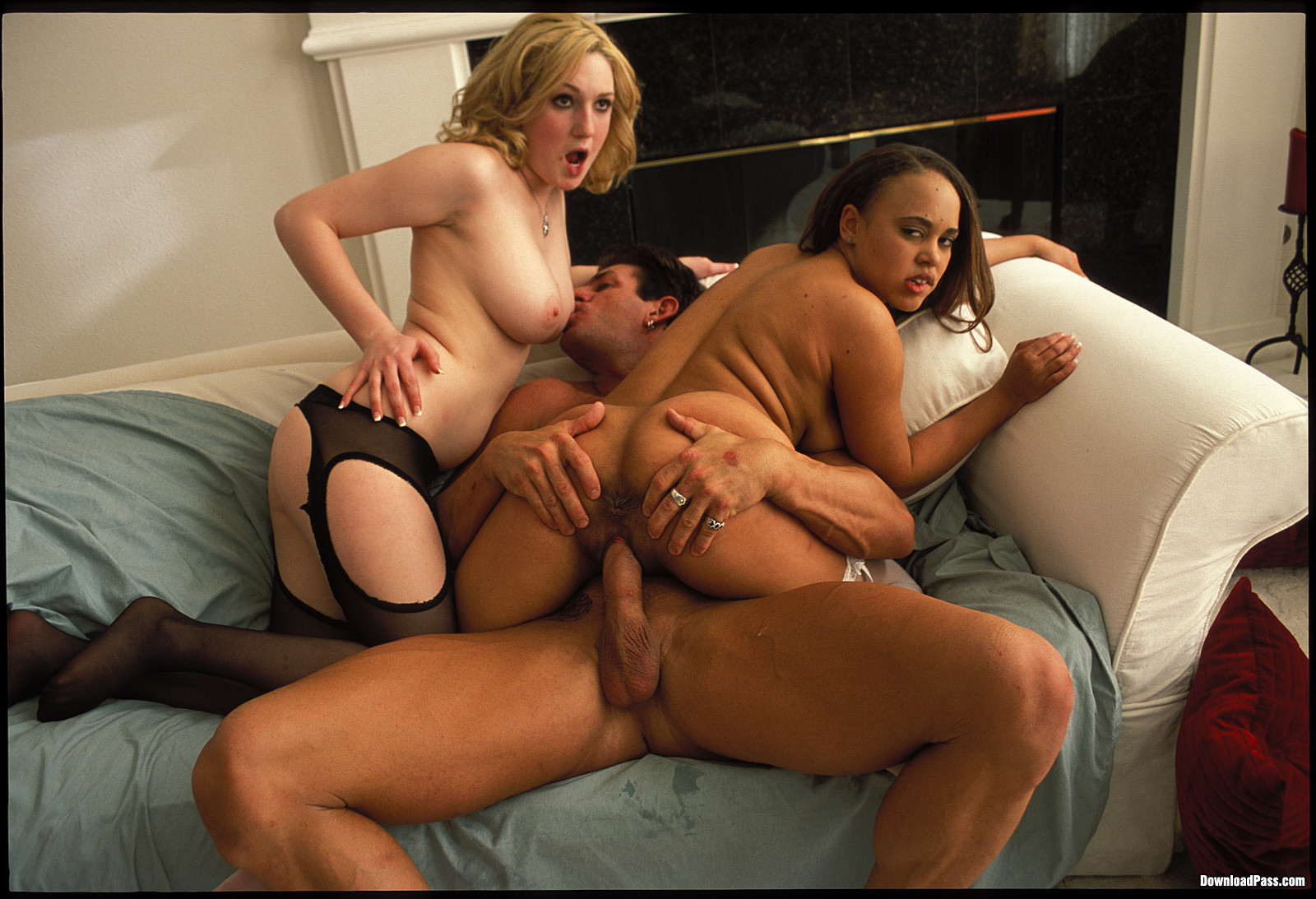 Огромный мужик трахает двух любительниц секса