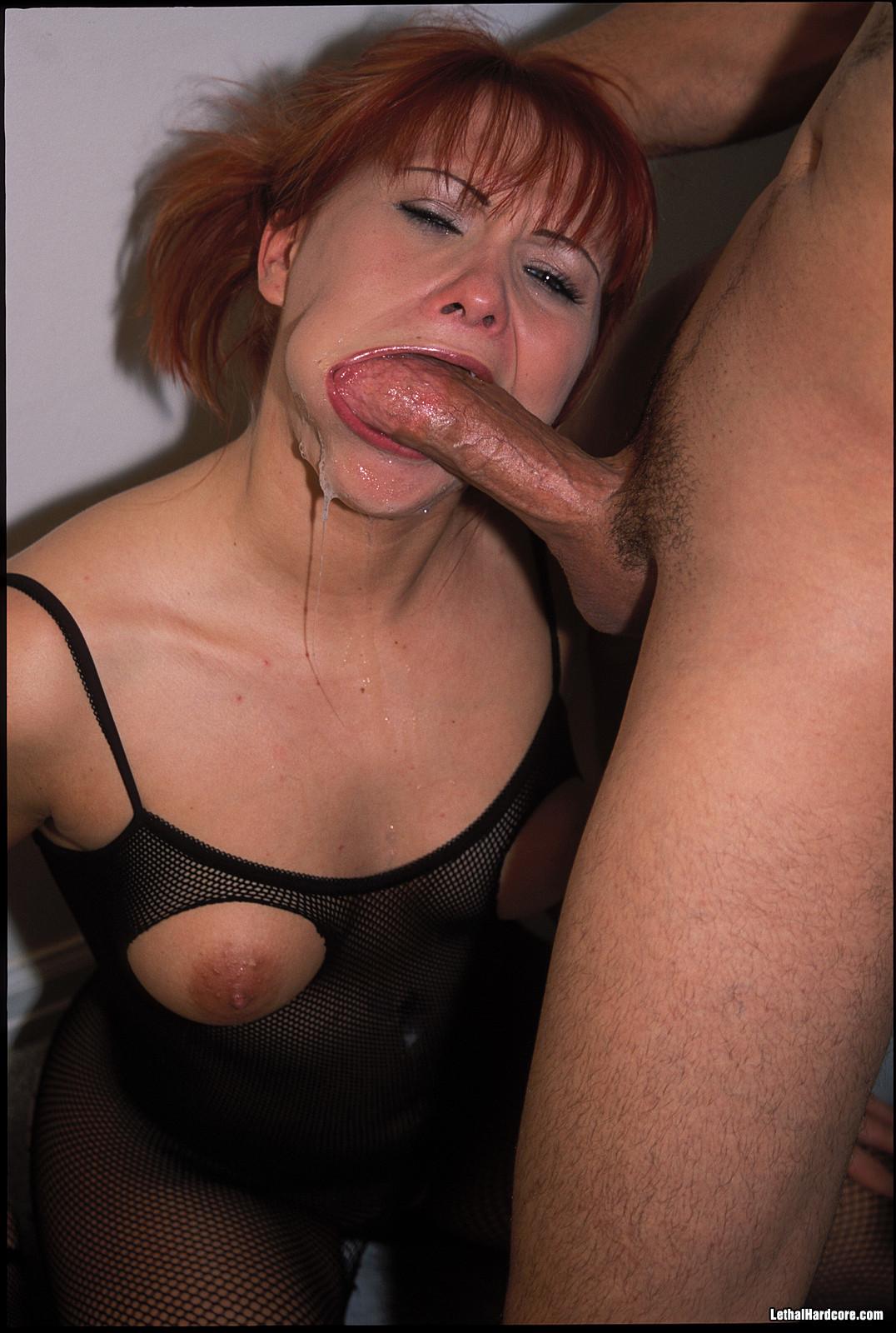 Горячая, рыжеволосая сучка в сексуальном белье обожает трахаться