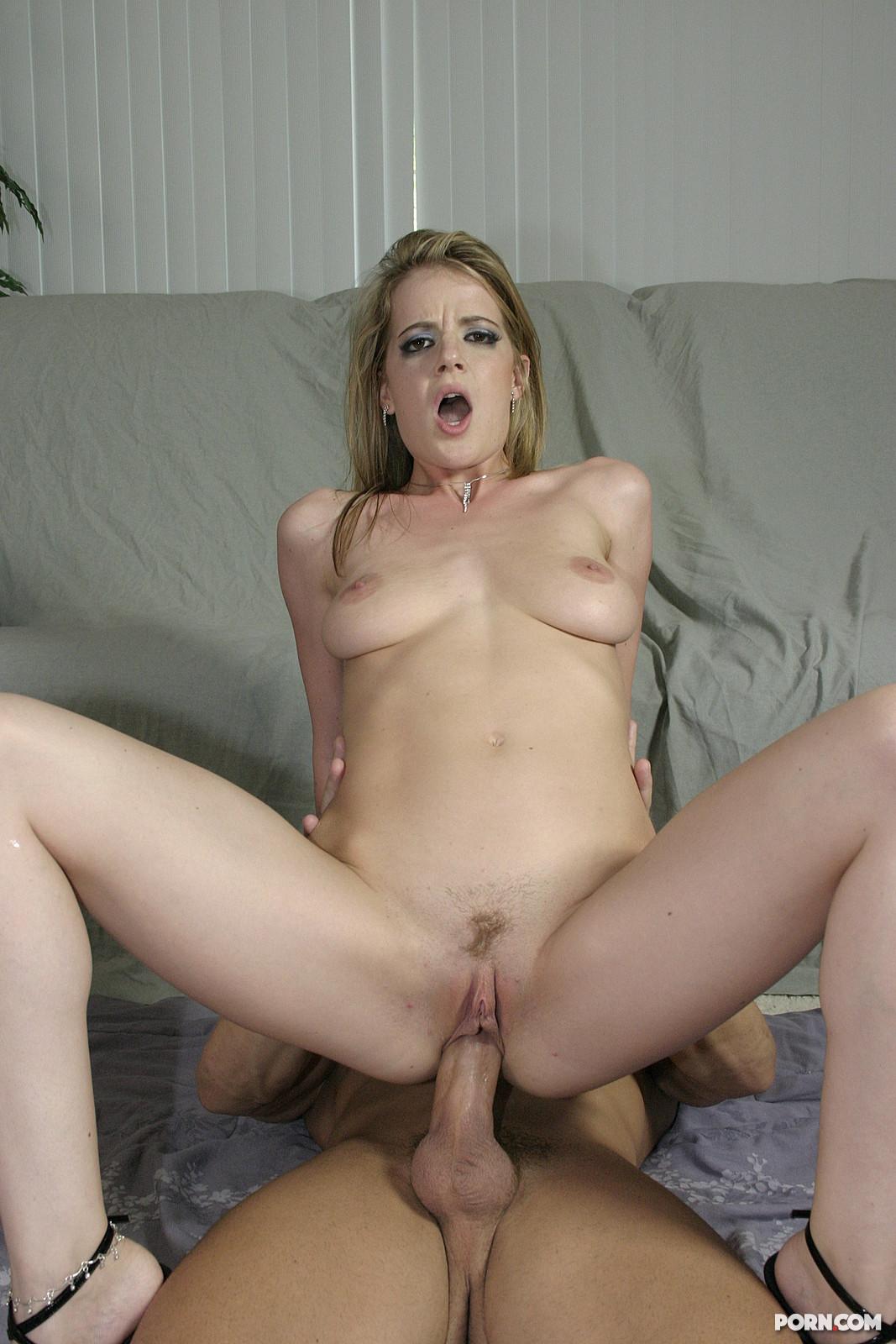 Молодой сантехник трахает зрелую хозяйку на кухне » Порно ...