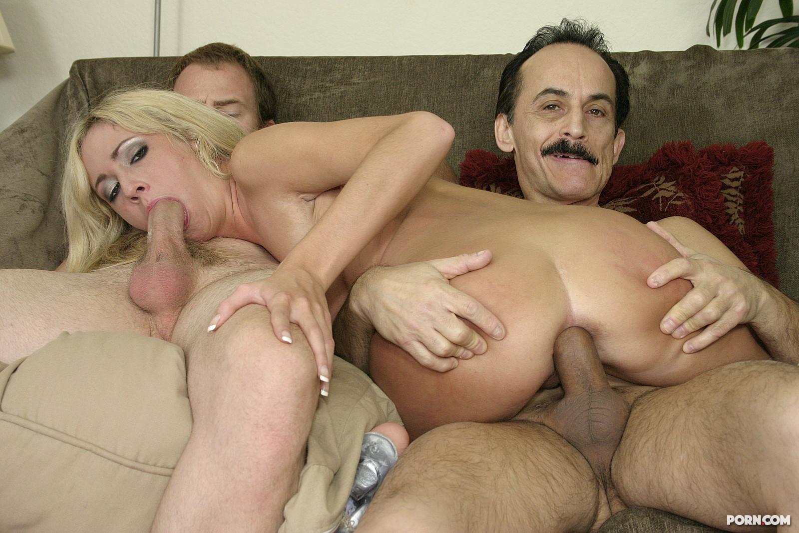 Блондинку трахают сразу в два члена, заставляя её сосать и пробовать сперму