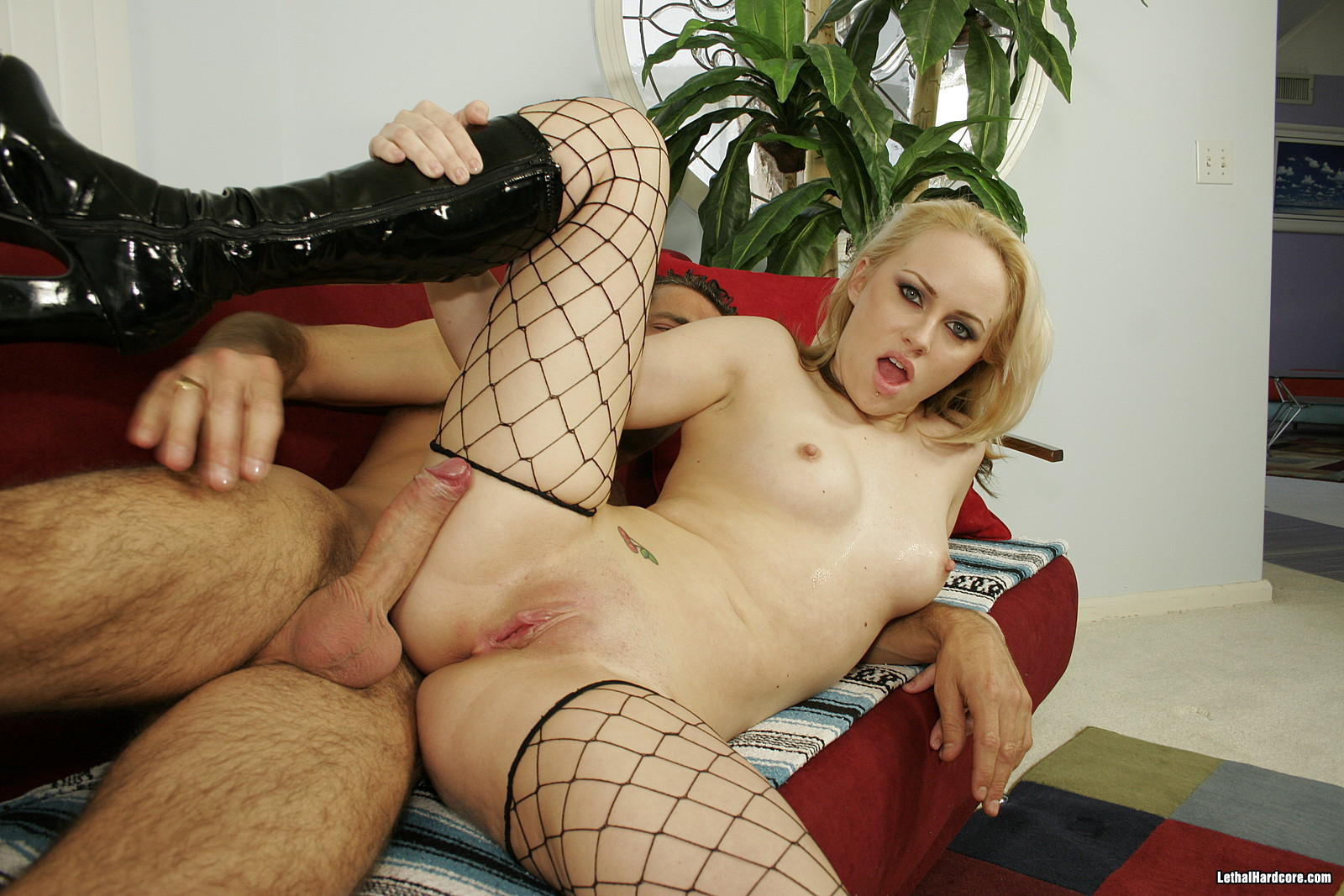 Проститутка насадилась на член мужика, даже не сняв сапоги и чулки
