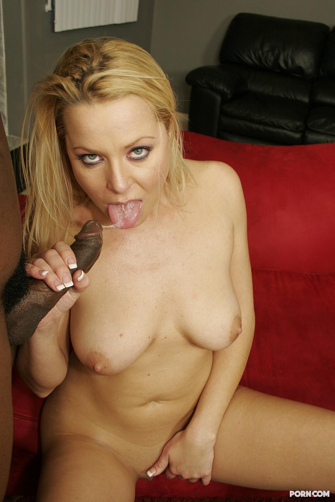 Давалка высунула язык и ждет, пока негр выстрелит в неё горячей спермой