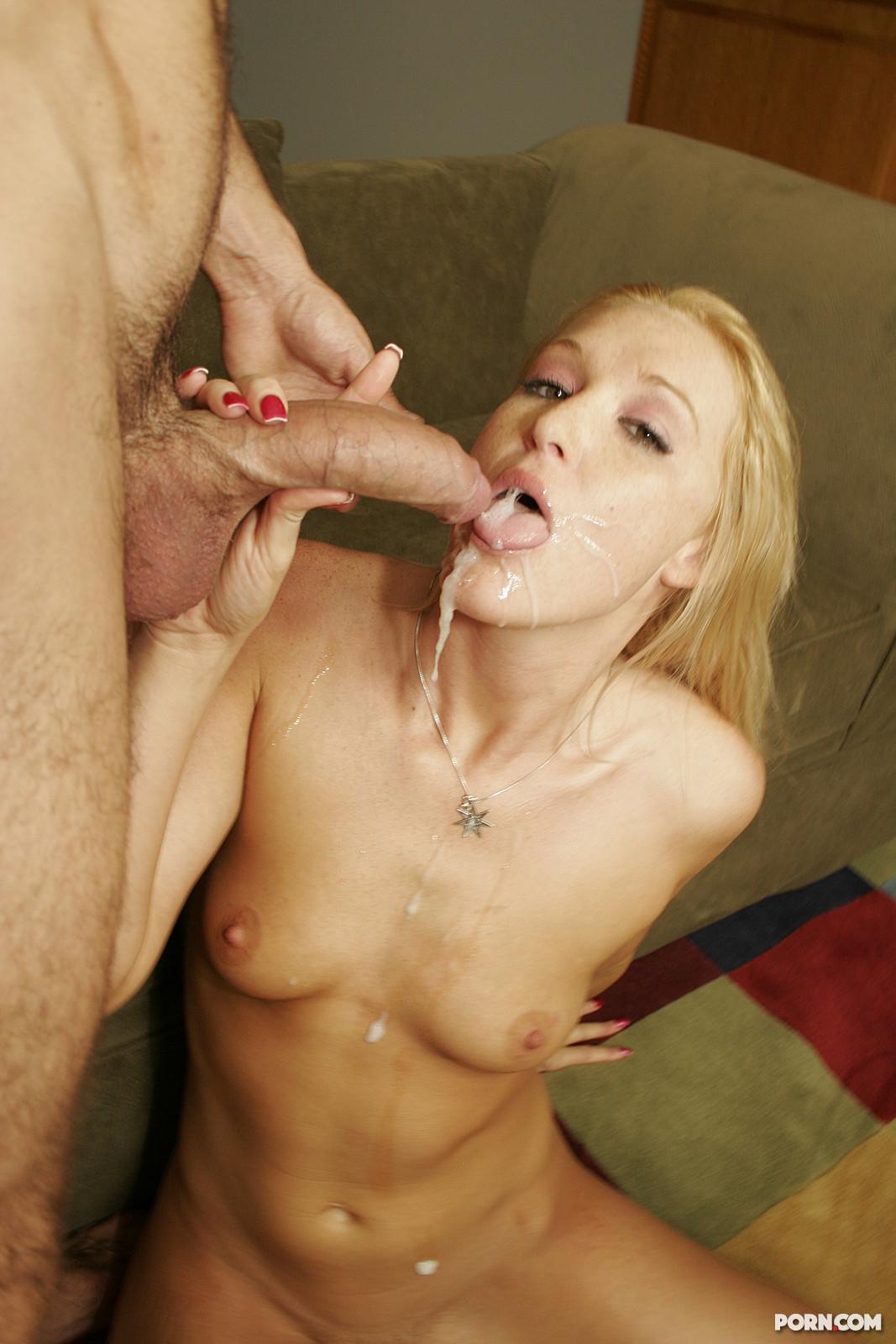 После динамичного секса блондинке обкончали лицо и сиськи