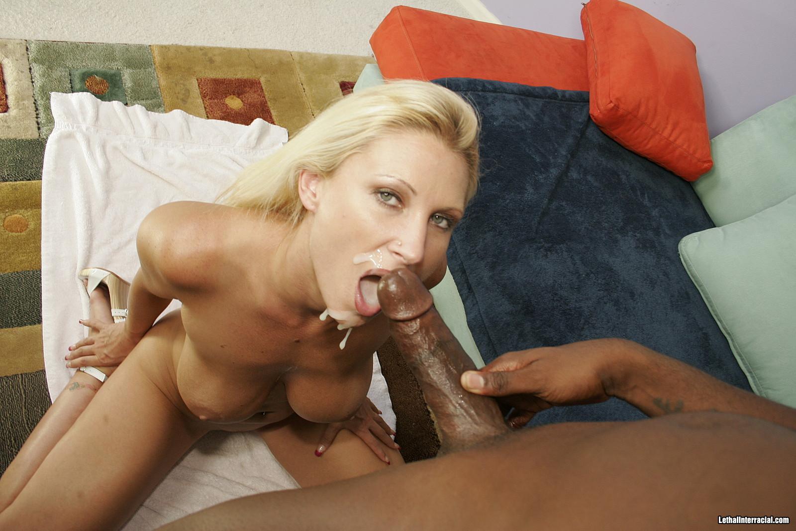 Белокурая женщина похабно сжимает черный член большими сиськами
