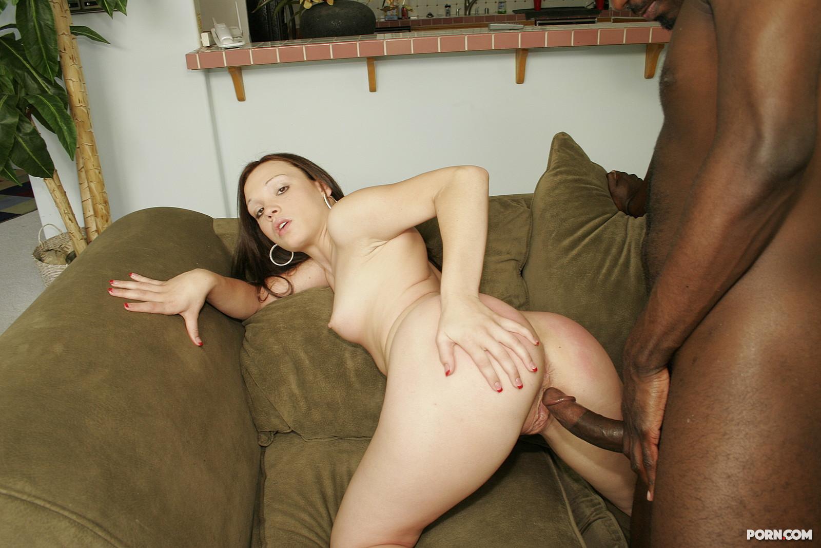 Секретарша трахается на диване с чернокожим начальником