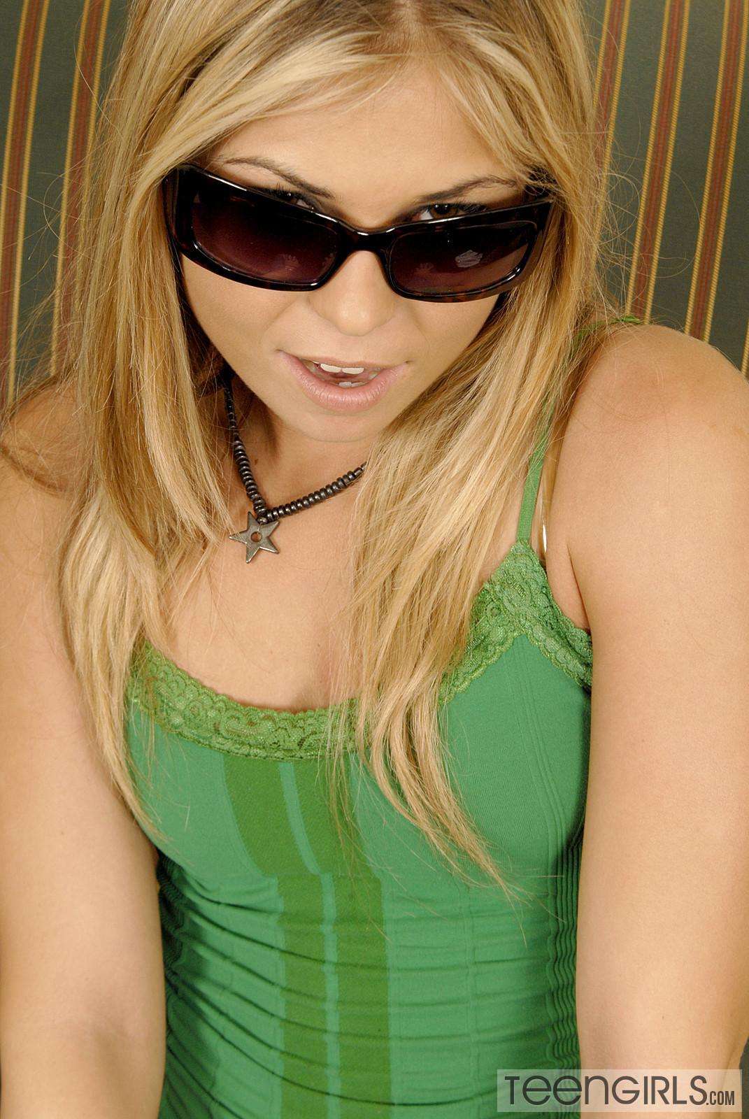 Блондинка трахнула себя резиновым членом и бурно кончила