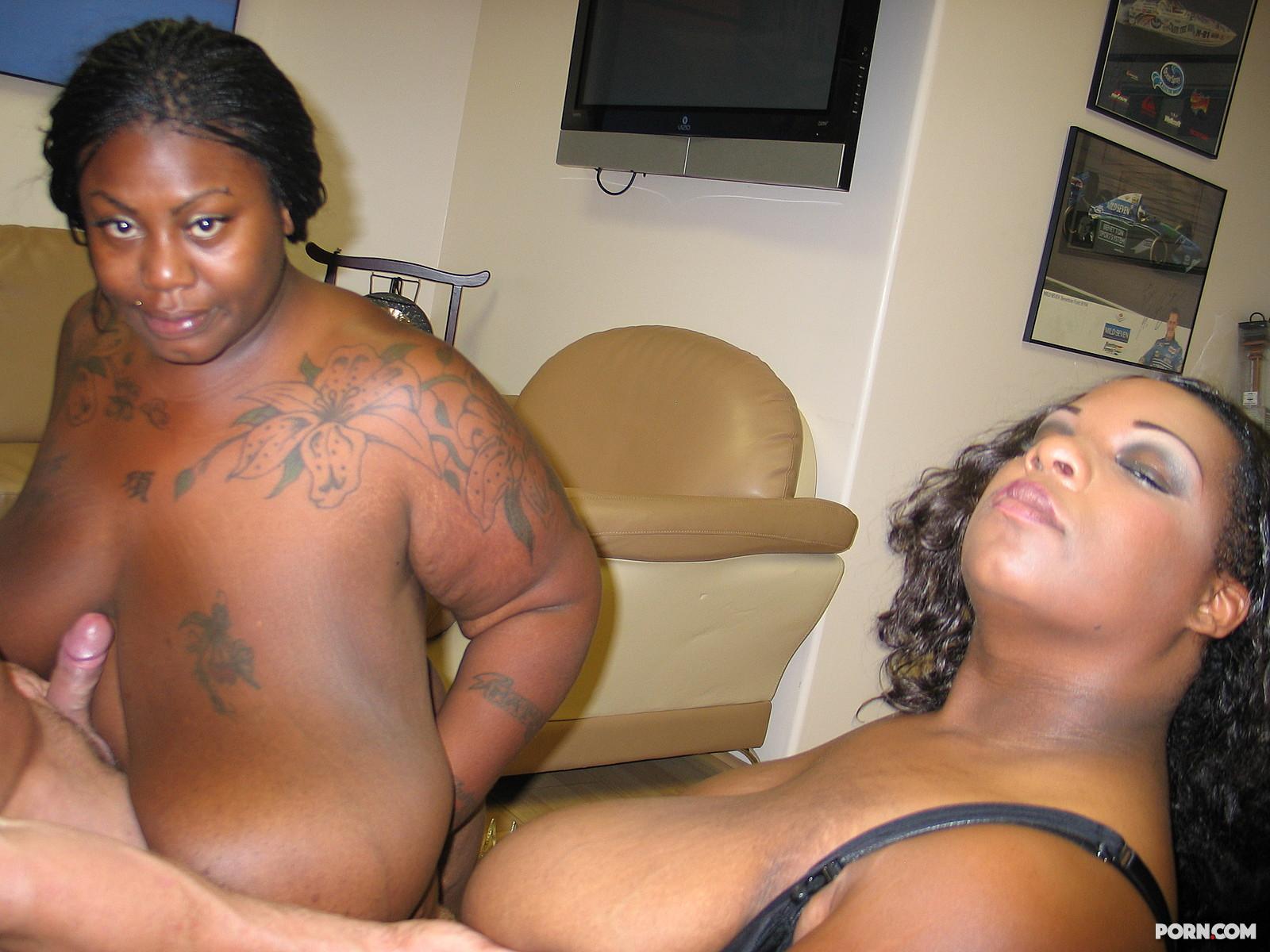 Две сисястые толстые негритянки получили в рот много спермы