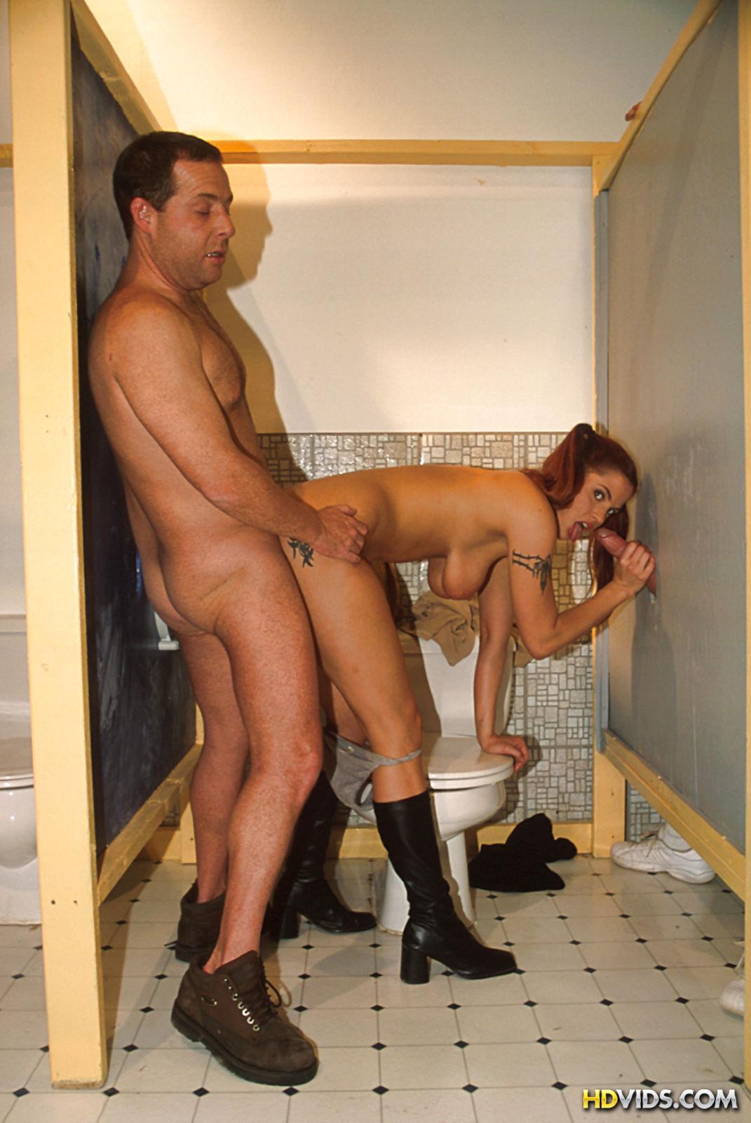 seks-zashla-v-muzhskoy-tualet