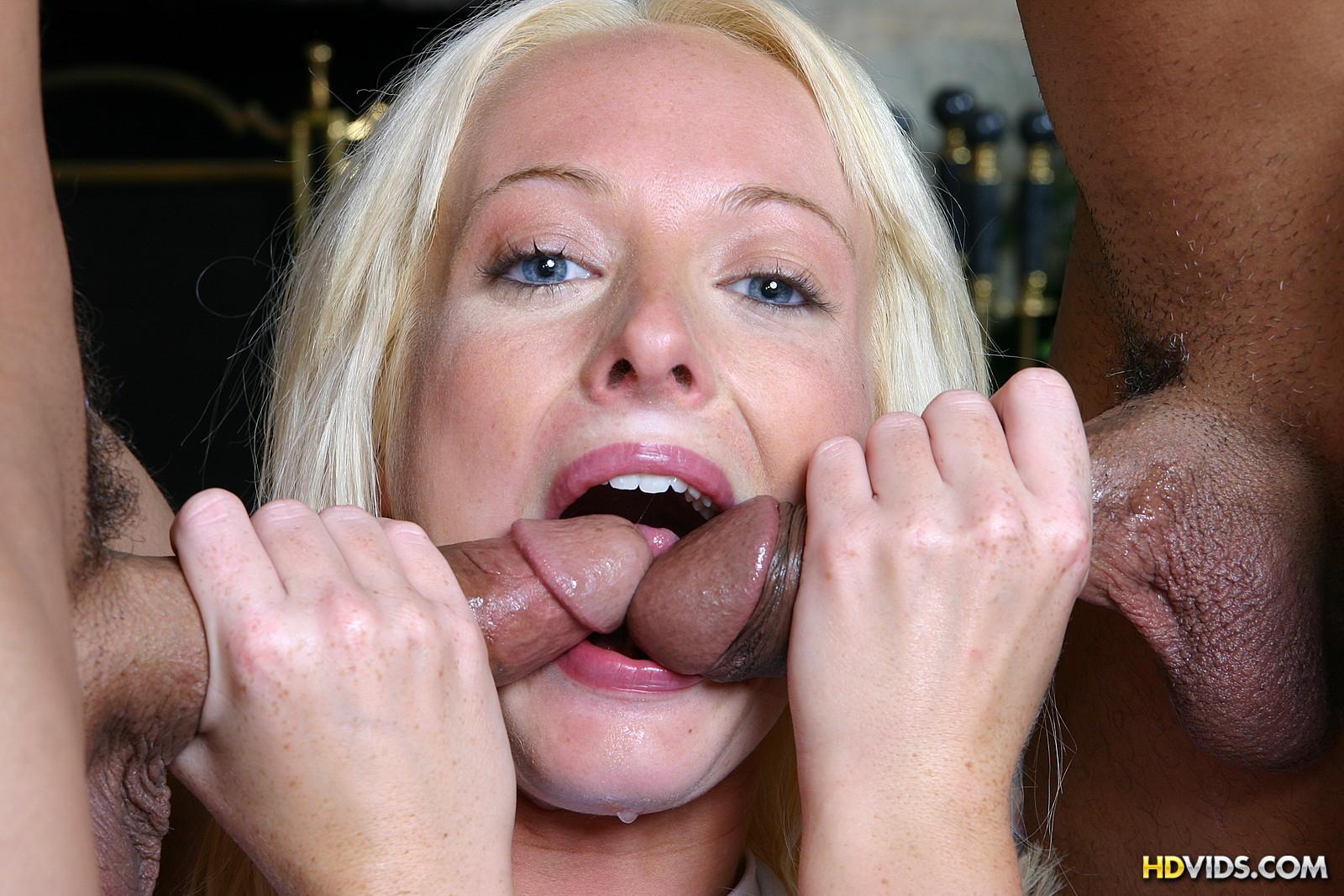 Блондинка безума от того, что ее трахают два мужика с большими членами