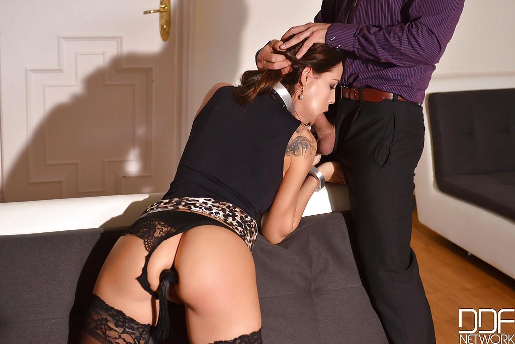 Кудрявая девочка Сатин Блум вынуждена подчиняться и сосать член