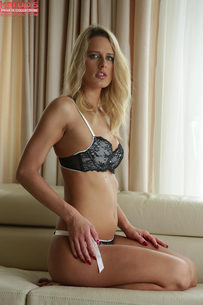 Красивое нижнее белье на прелестной блондиночке