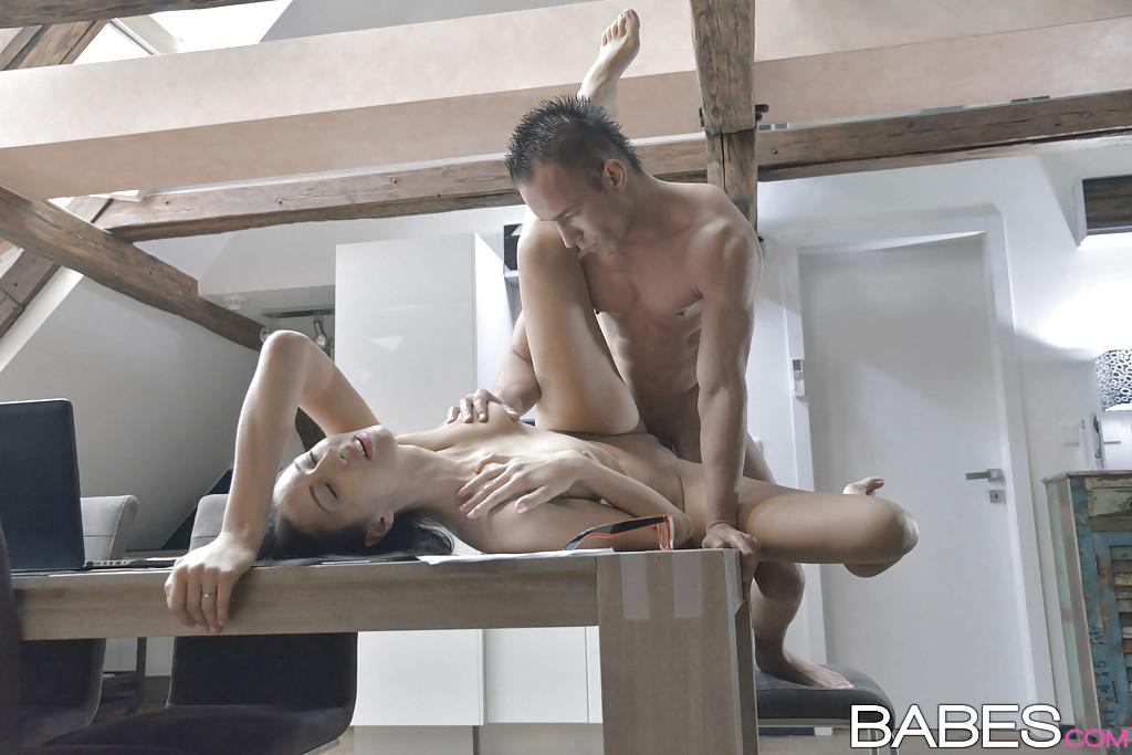 Молодую учительницу Сасу в классе трахнул студент - Порно ...