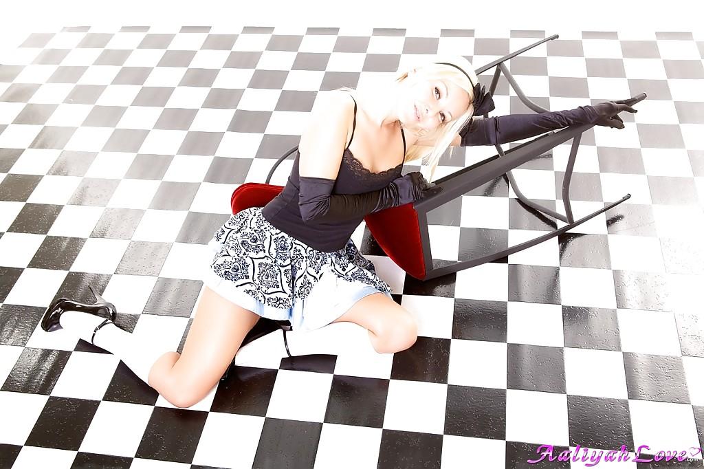 На полу лежит обнаженная симпатичная девчонка