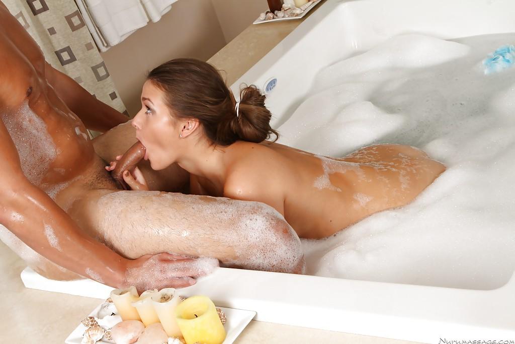 Девушка расслабляется в джакузи массажем и куни